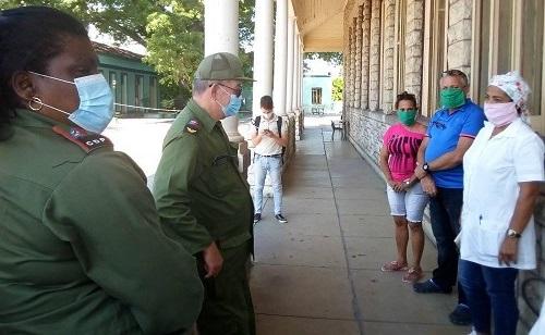 Intercambian Secretario del Partido, Lázaro Expósito y Gobernadora Beatríz Johnson, con personal médico del Centro de Aislamiento de Santiago de Cuba.
