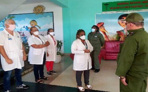Intercambian secretario del Partido, Lázaro Expósito y Gobernadora Beatríz Johnson con personal médico del Hospital Infantil Norte de Santiago de Cuba.