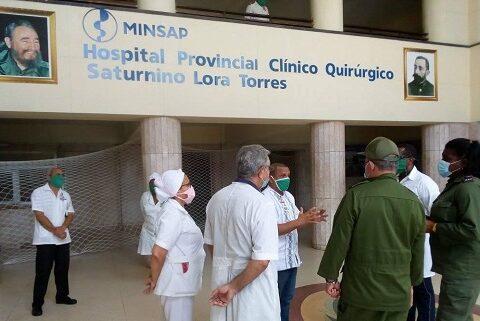Intercambian Secretario del Partido, Lázaro Expósito y Gobernadora Beatríz Johnson, con personal médico del Hospital Provincial Saturnino Lora de Santiago de Cuba.