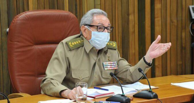 Preside Raúl reunión de análisis sobre la situación nacional