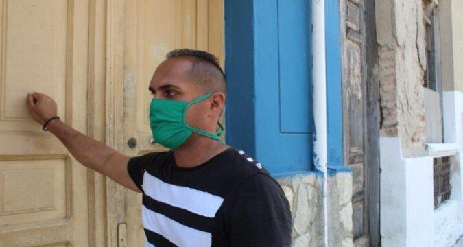 Trabajadores sociales cuidan a los anciano en Santiago de Cuba