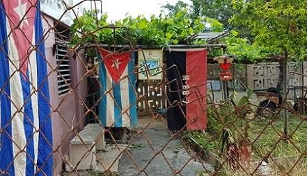 La bandera nacional y la del 26 de julio. Foto: Santiago Romero Chang.
