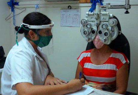 Innovación permite una mejor máscara protectora en los servicios de oftalmología en Satiago de Cuba.