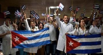 Regresan médicos cubanos tras salvar vidas en Italia