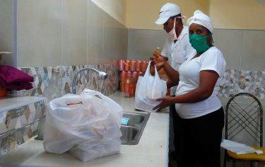 Trabajadores del comercio y la gastronomía en Santiago de Cuba.