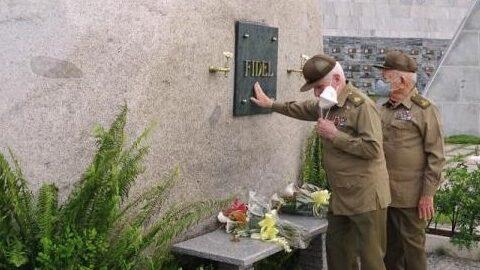 Gesto muy profundo, el Comandante Ramiro Valdés retira por un instante el nasobuco para besar su mano y la coloca ante la lápida con el nombre de Fidel, su eterno Comandante en Jefe, amigo y hermano.
