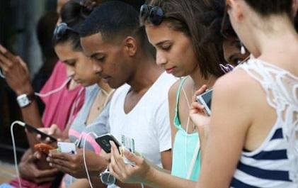 Jóvenes cubanos conectados a internet