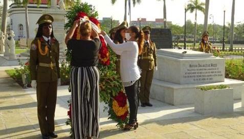 Homenaje a Mariana Grajales en el cementerio de Santa Ifigenia de Santiago de Cuba.