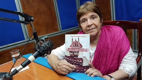 Doctora Olga Portuondo regala en CMKC ejemplar de su libro: Misericordia