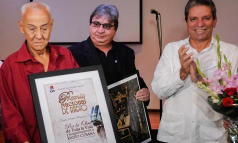 Carlos Más, junto a Alfonso Noya, presidente del Instituto Cubano de Radio y Televisión ( ICRT ) y Víctor Gaute, Miembro del Secretariado del Comité Central del Partido. Foto: Endrys Correa Vaillant