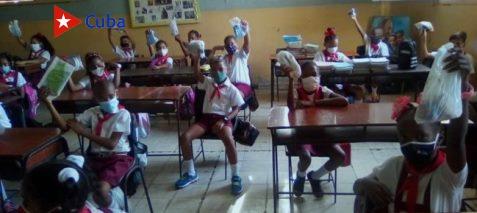 Los alumnos portan sus propios set de higienización con nasobucos para el recambio, soluciones cloradas jabón, servilletas, entre otros útiles de rigor contra el virus SARS- CoV-2. (Foto: Rosa Álvarez)