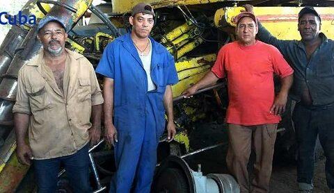 Operadores, mecánicos y chóferes de las dos añejas combinadas cañeras KTP - 2M y de los camiones de tiro de la Cooperativa de Producción Agropecuaria, CPA, Juan José Verdecia, de Chaveco, en el santiaguero municipio de Palma Soriano.