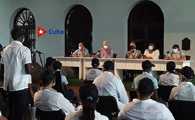 Intercambio del presidente cubano Miguel Díaz Canel B. con estudiantes de medicina en Santiago de Cuba.