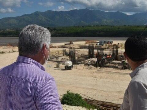 Díaz Canel compartió con el colectivo de constructores de la fábrica de cemento