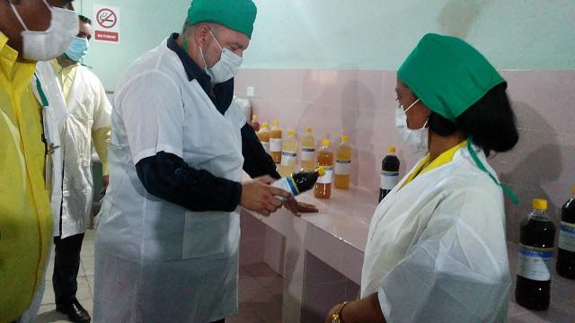Primer Ministro Marrero en visita Laboratorio Biomolecular y constata producciones de LabioFam Santiago.