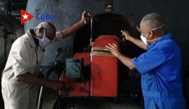 Hacedores de magia son los hombres de Mantenimiento, quienes desafían la obsolescencia tecnológica de esta industria santiaguera. Foto: Betty Beatón Ruiz