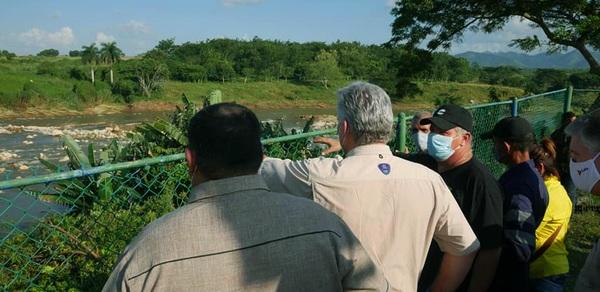 Díaz-Canel en recorrido por la provincia de Cienfuegos tras paso de Eta