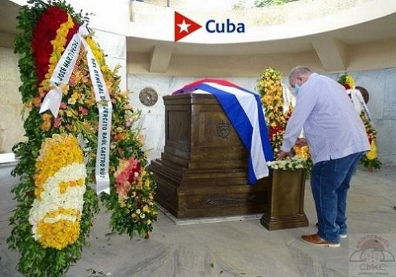 Tributo en Santiago de Cuba, ante el imponente mausoleo que en el cementerio San Ifigenia guarda los restos del Apóstol