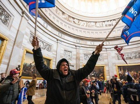 Los partidarios del presidente de los Estados Unidos, en el capitolio después de violar la seguridad. Foto: Jim Lo Scalzo / EPA / EFE