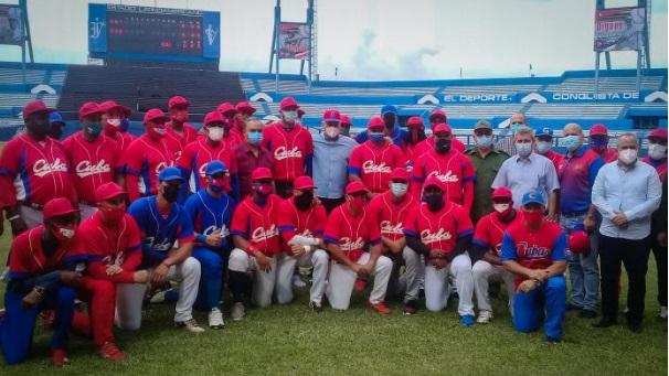 Primer Secretario del Comité Central del Partido y Presidente de la República, Miguel Díaz-Canel con el equipo Cuba de pelota