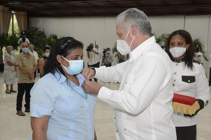 Imponen condecoraciones a miembros del campesinado cubano