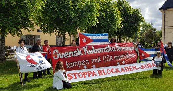 Extienden en Irlanda la bandera cubana «más grande» en contra del bloqueo