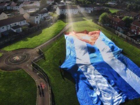 Extienden en Irlanda la bandera cubana «más grande» en contra del bloque