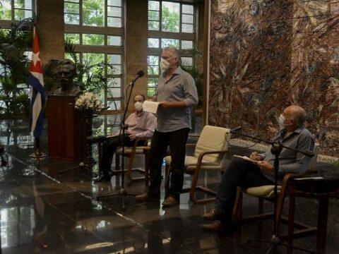 """Díaz-Canel a periodistas cubanos: """"Tenemos la necesidad de potenciar la comunicación social"""""""