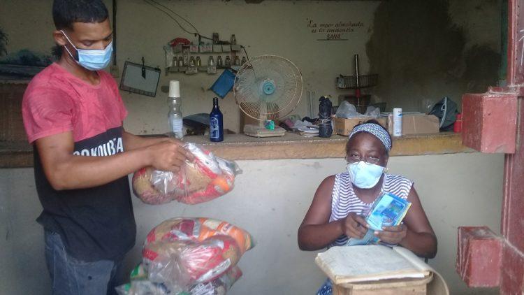 La entrega del módulo se realiza con agilidad y con apego a las medidas epidemiológicas establecidas para el enfrentamiento a la COVID-19. Foto: Betty Beatón