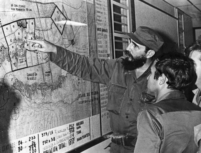 Fidel Castro con Abdelaziz Bouteflika en un recorrido durante una visita a La Habana en 1968. Foto: Archivo de Granma