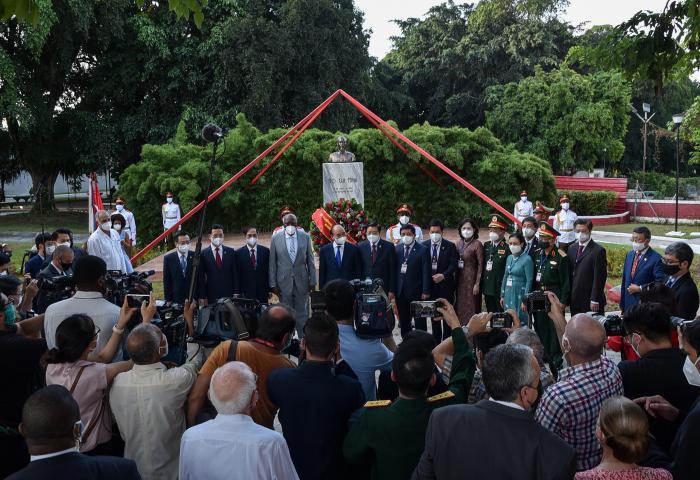 Presidente de Vietnam y Vicepresidente de Cuba rinden homenaje a Ho Chi Minh